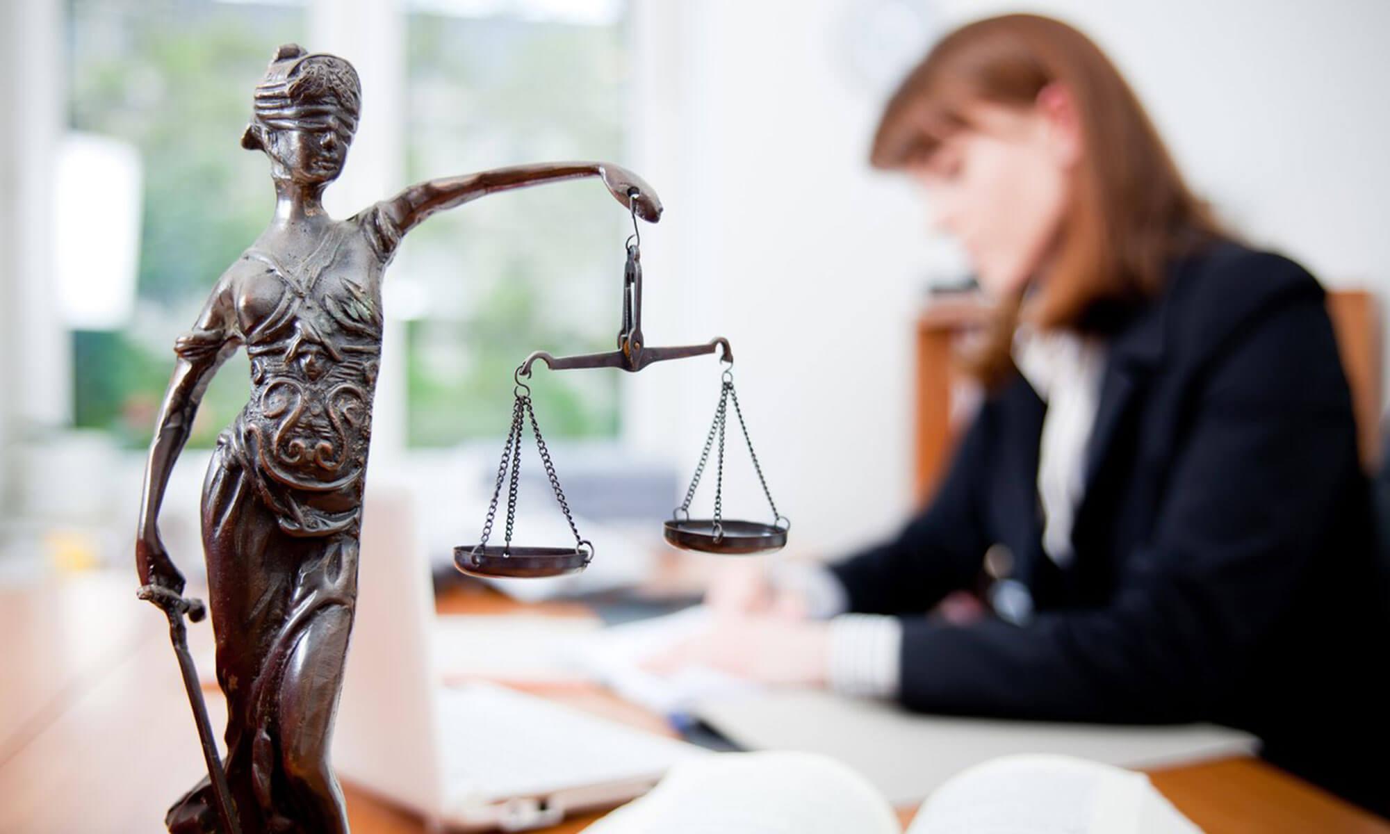 Юристы и адвокаты по договорному праву